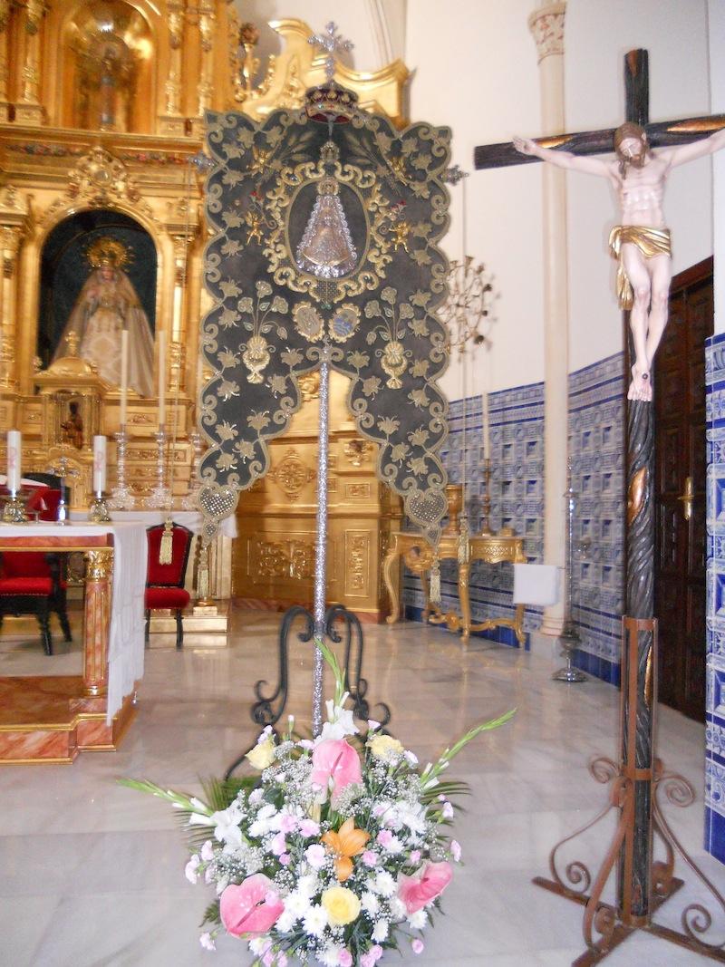 El Simpecado en el Altar antes de iniciarse la celebración de la Eucaristía