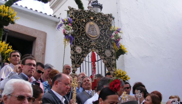Miles de personas inundaron de color las calles de Gines en su Salida de las Carretas, la única declarada Fiesta de Interés Turístico de Andalucía