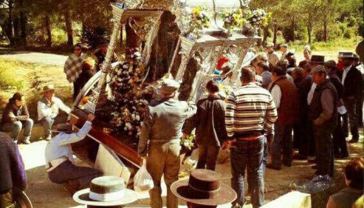 Hermandad de Villarrasa – La Hermandad, sufre durante el camino la rotura del eje de la carreta.