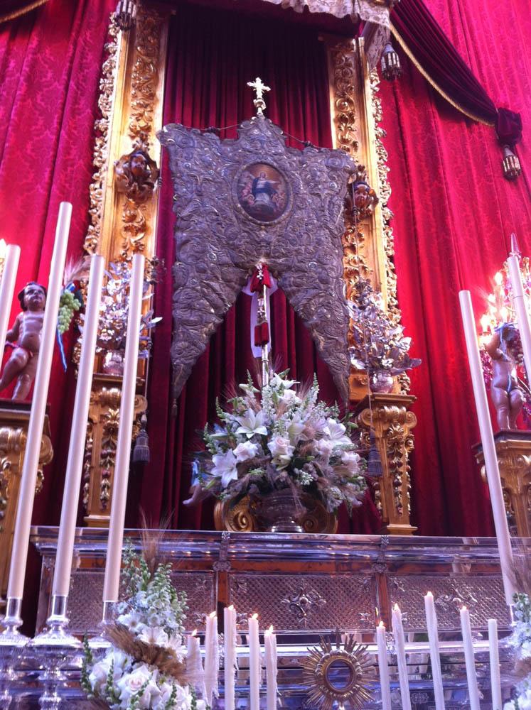 Altar con el Simpecado de la Asunción de Cantillana