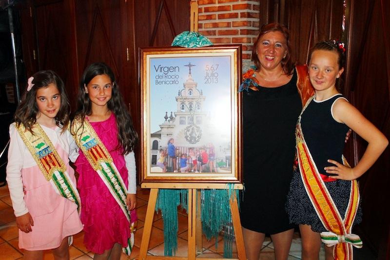La autora del cartel con la Reina y Corte infantil