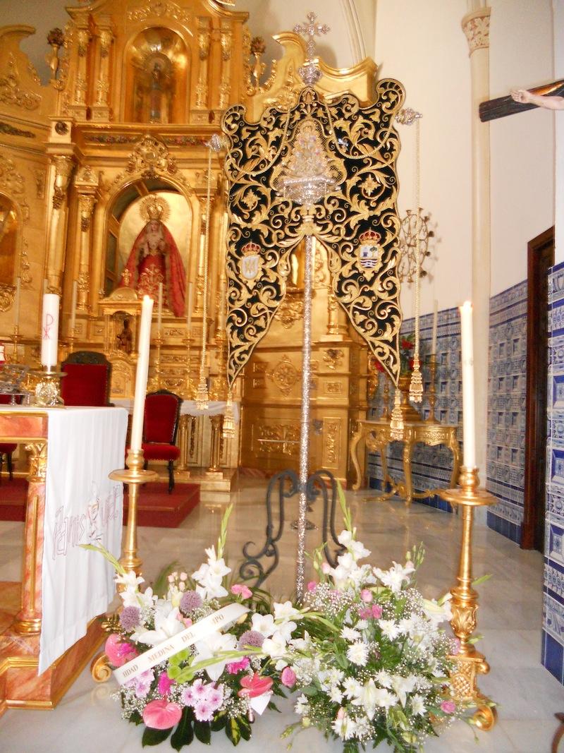 Nuestro querido y venerado Simpecado en el Altar con las flores de nuestra Hermandad así como de la Hermandad de Medina del Campo