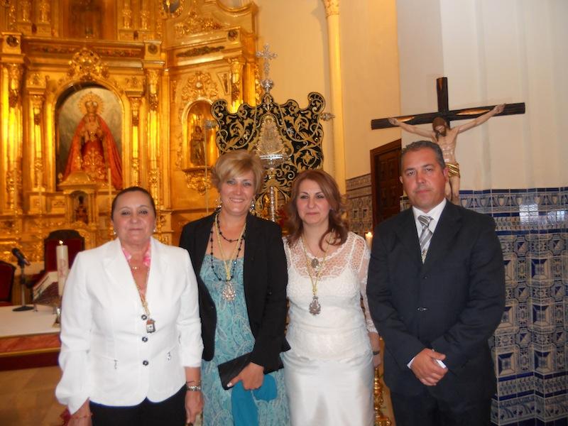 La Alcaldesa de Isla Cristina, María Luísa Faneca, y el Presidente de la Hermandad, Pedro Jesús Álvarez, con las Hermanas Mayores ante el Simpecado