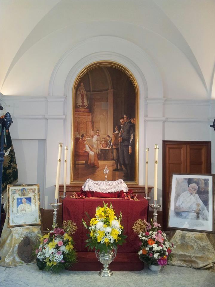 A la derecha, cuadro de S.S. A la izquierda, pergamino firmado de puño y letra de S.S. Juan Pablo II y escudo que adorna una de las puertas del Retablo de Ntra. Sra de El Rocio.