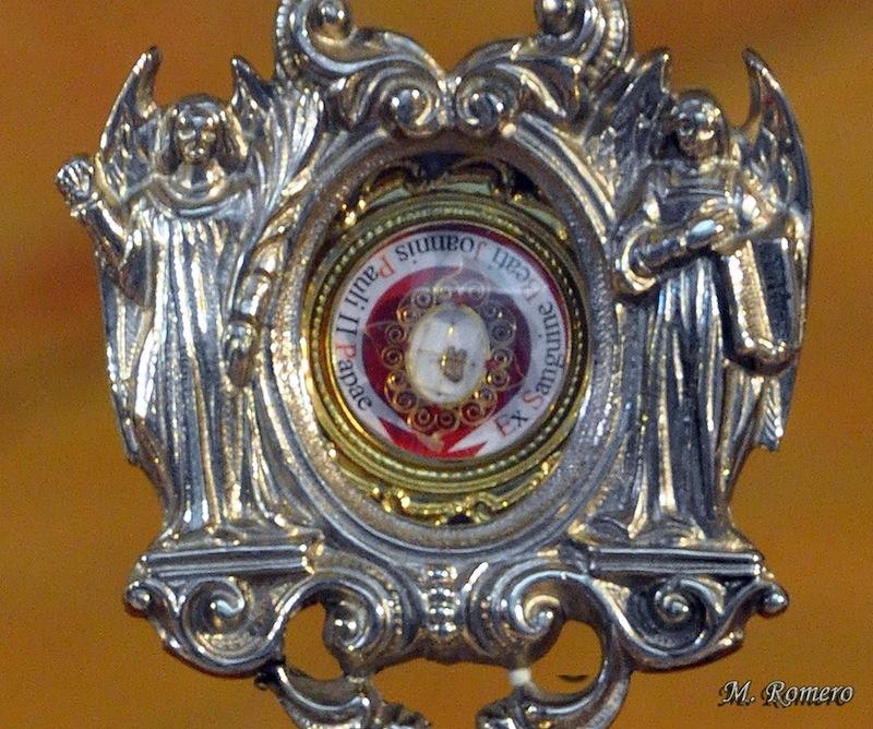 Detalle de la Reliquia del Beato Juan Pablo II (Ex sanguine Beati Joannis Pauli II Papae)  Se trata de un trocito de tela de una de las albas que usaba el Beato Juan Pablo II, impregnada de gotas de su sangre. Facebook: Manuel Romero Triviño