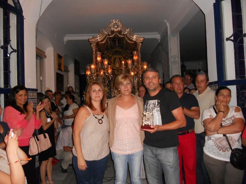 Miguel Ángel Pena, en representación del Colegio del Carmen, recoge un recuerdo de manos de las Hermanas Mayores 2014, Carmen y Sara