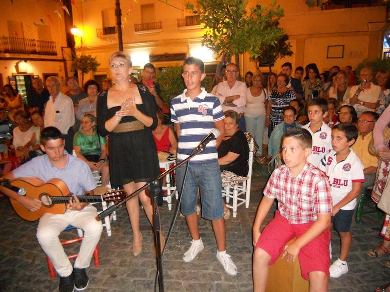 Acompañada por Francisco del Rocío González y por Iván y Aimar Barberi, Sara continúa con unas sevillanas
