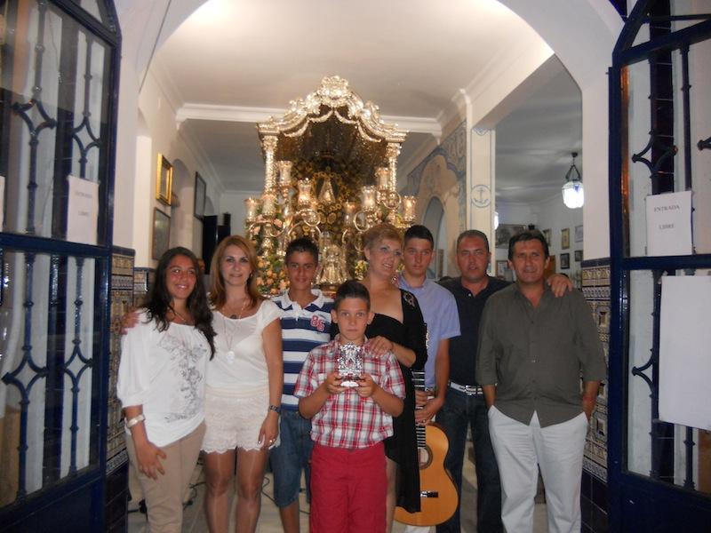 Foto de familia del grupo que interpretó la Salve junto a las Hermanas Mayores y a los Presidentes de la Hermandad de Gibraleón y de Isla Cristina