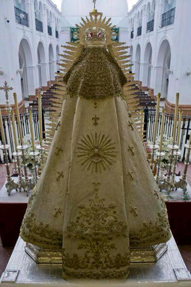 La Virgen del Rocío preparada en su altar para la salida en la madrugada del 19 de agosto