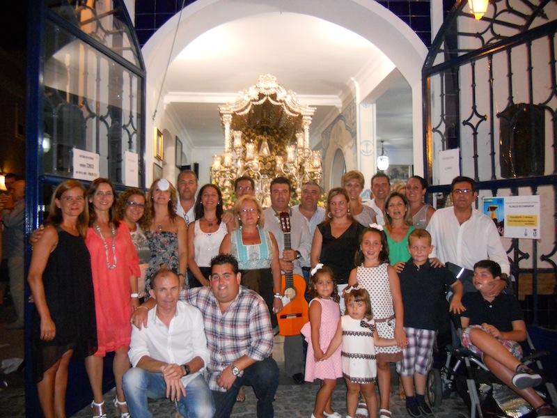Foto de familia donde la Peña La Manuela al completo están con las Hermanas Mayores y el Presidente de la Hermandad, Pedro Jesús Álvarez