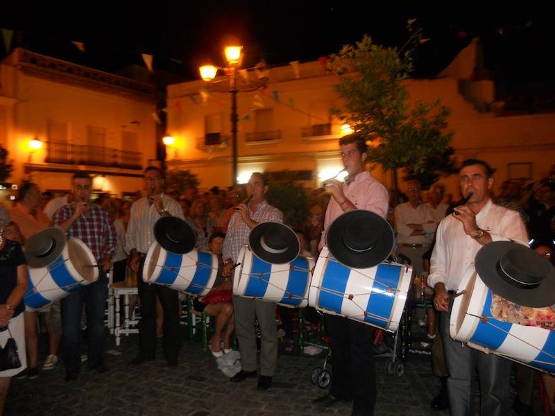 Los cinco tamborileros de Villamanrique interpretando la Salve