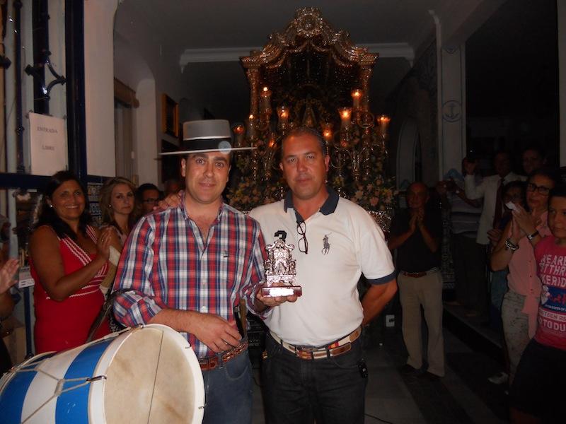 Francisco Javier González (Curro) recoge de manos del Presidente de la Hermandad un recuerdo de ella