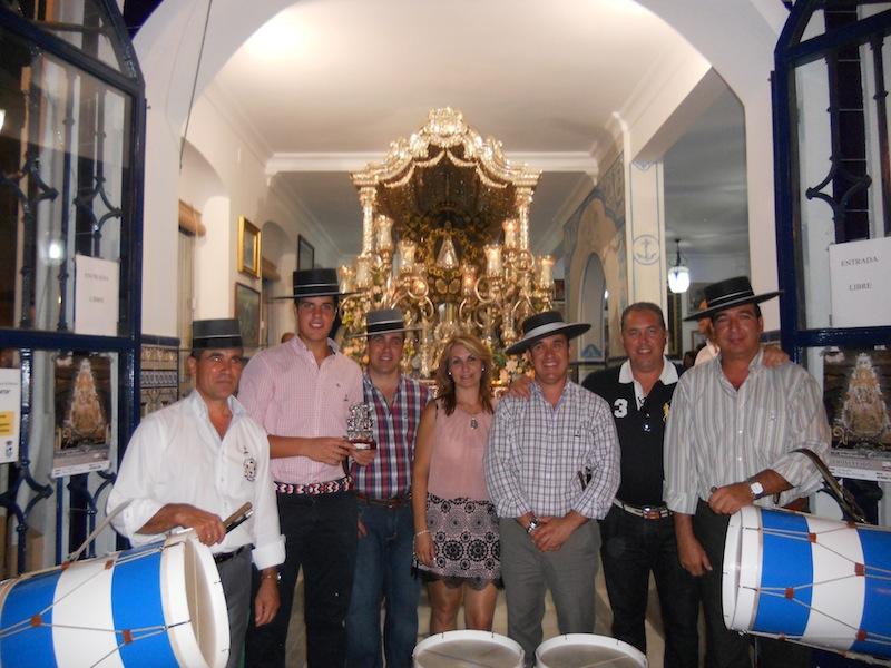 Con la Hermana Mayor, Carmen Prieto, y el Presidente, Pedro Jesús Álvarez, los Tamborileros de Villamanrique