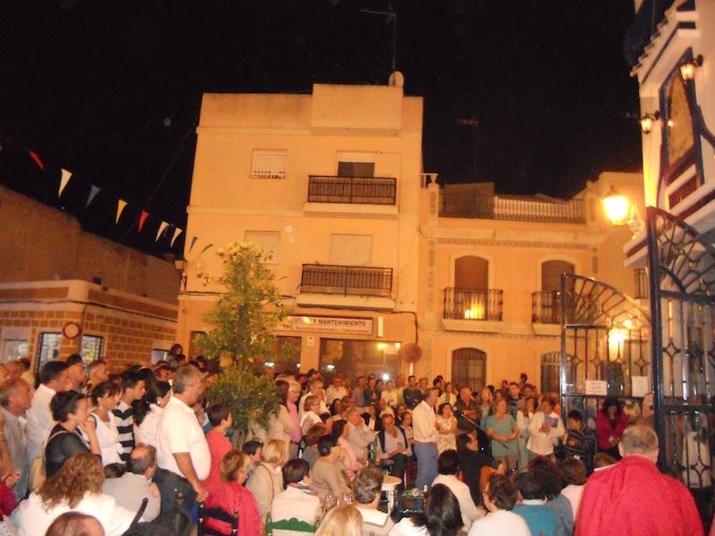 Ambiente de la Plaza mientras Diego Martín Jara interpreta unas sevillanas