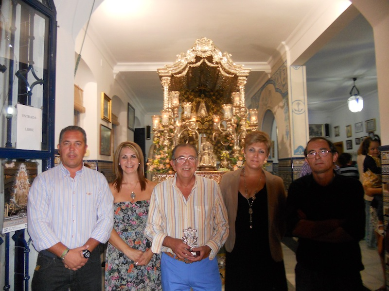 Diego y Antonio con las Hermanas Mayores, Carmeli Prieto y Sara Cáceres y el Presidente del Rocío, Pedro Jesús Álvarez