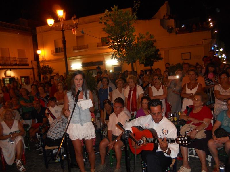 Acompañada a la guitarra por Marce González, Laura Reina interpreta la Salve