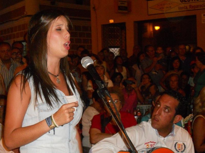 Laura, llena de emoción, cantando unas sevillanas