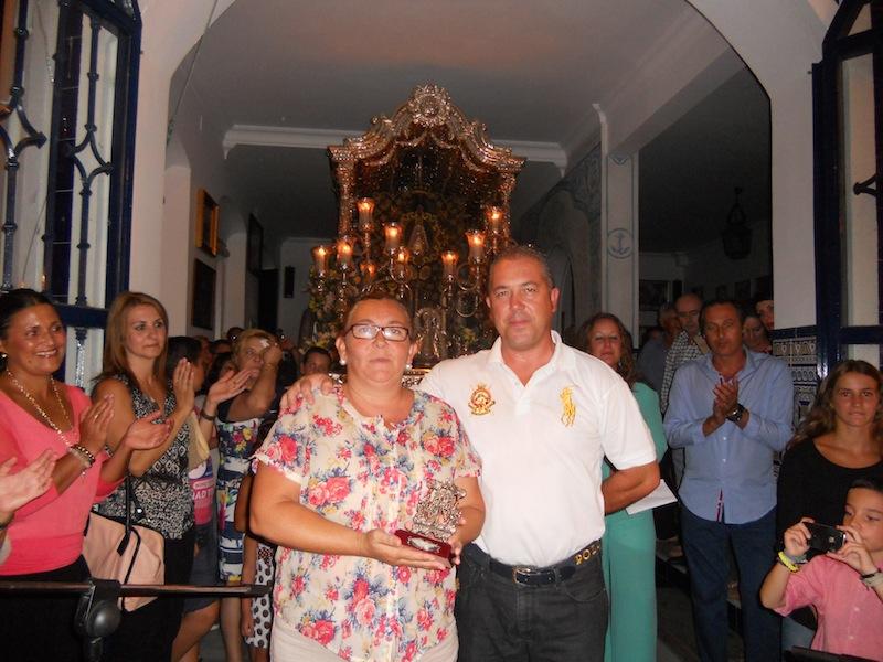 El Presidente de la Hermandad, Pedro Jesús Álvarez, entrega un regalo a Juani Contreras en representación de La Familia