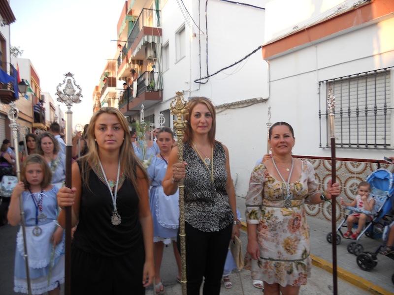 La Hermana Mayor y las Camaristas en la ofrenda de flores a la Virgen del Mar