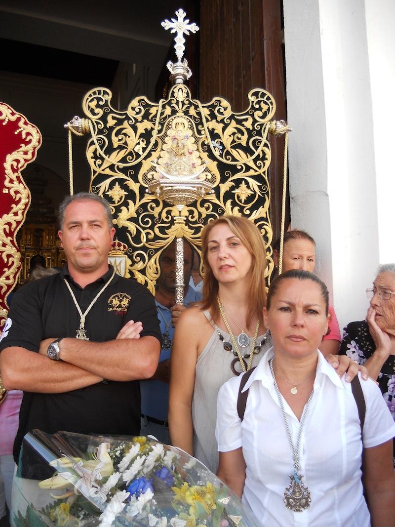 El Simpecado portado por el Vicemayordomo, Rafael García, con el Presidente, Pedro Jesús Álvarez, la Hermana Mayor, Carme Prieto y la Camarista Encarnita