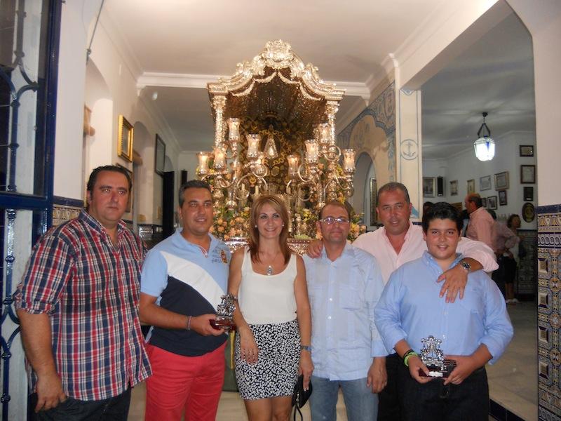 Foto de familia donde la Hermana Mayor, Carmen Prieto y el Presidente, Pedro Jesús Álvarez, están acompañados por el Grupo