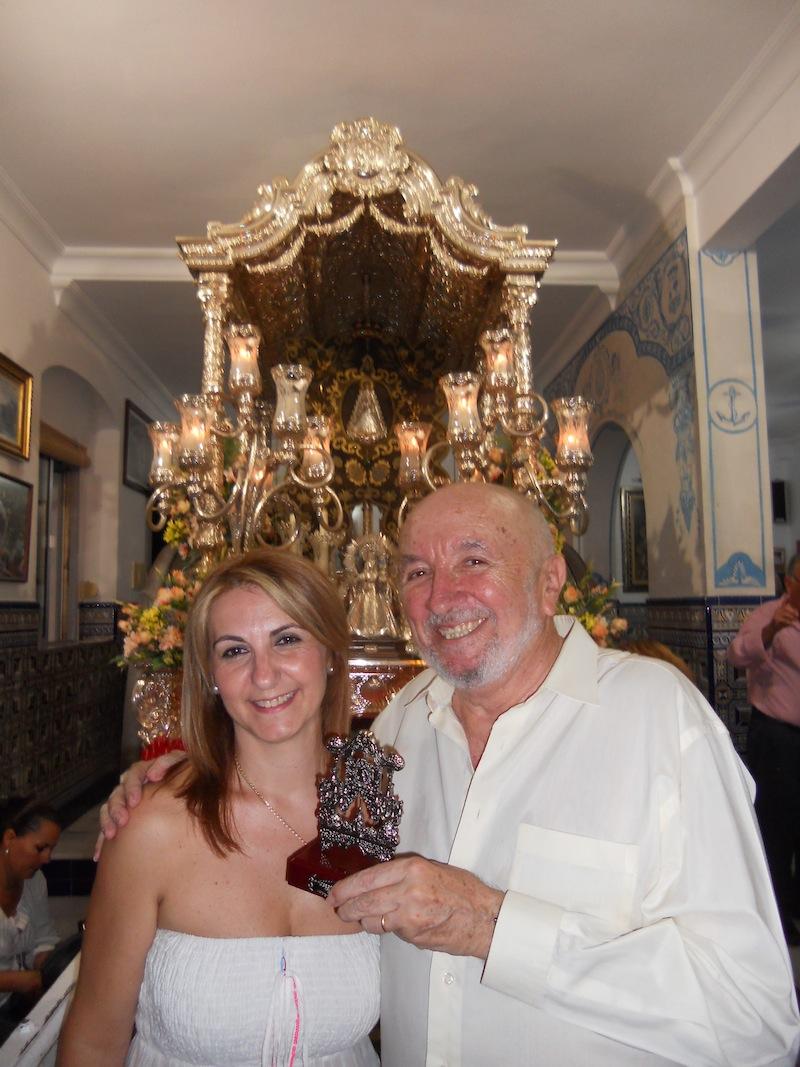 La Hermana Mayor, Carmen Prieto, junto con el Director de la Coral, Vicente Sanchís, ante la Carreta del Simpecado