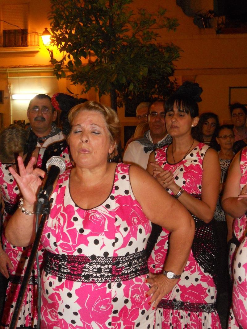 Momentos en que integrantes del coro cantan unos fandangos dedicados a la Virgen del Rocío