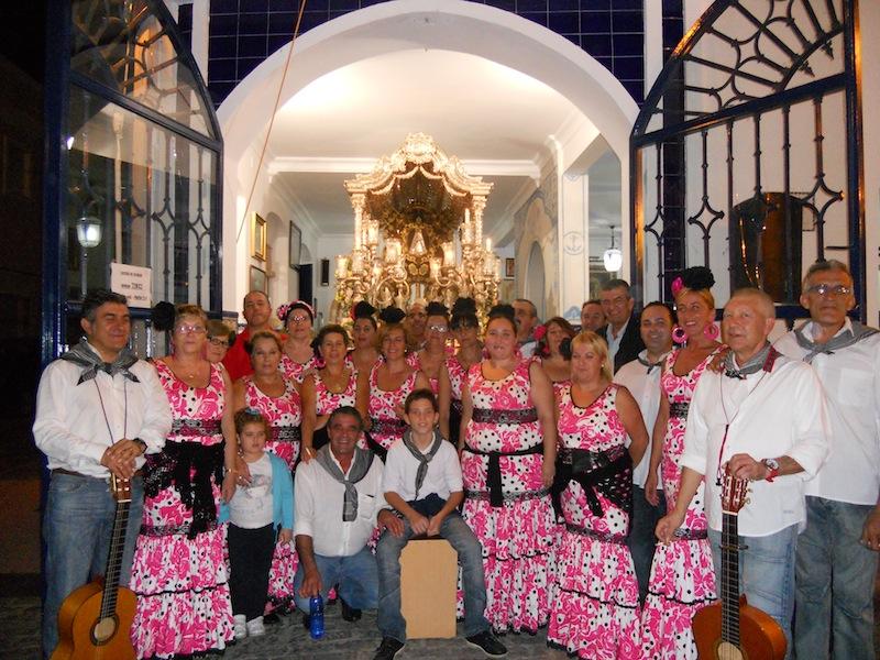 Foto de familia en la que acompañando al Coro de Arati está el Presidente de la misma, José Manuel Raya y el Presidente de la Hermandad del Rocío, Pedro Jesús Álvarez, ante la Carreta que porta el Simpecado