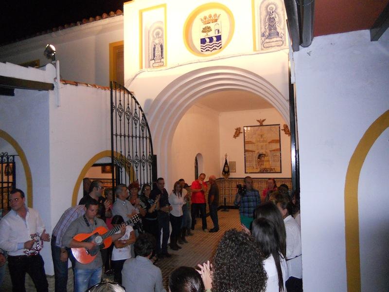 La noche anterior al camino, ante el azulejo que recuerda la venida de la Virgen a la Casa Hermandad en la Aldea, se cantó la Salve a las doce de la noche