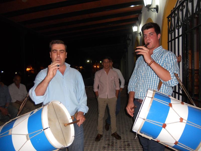 Los tamborileros de Villamanrique quisieron acompañarnos y dedicaron también a la Virgen una Salve