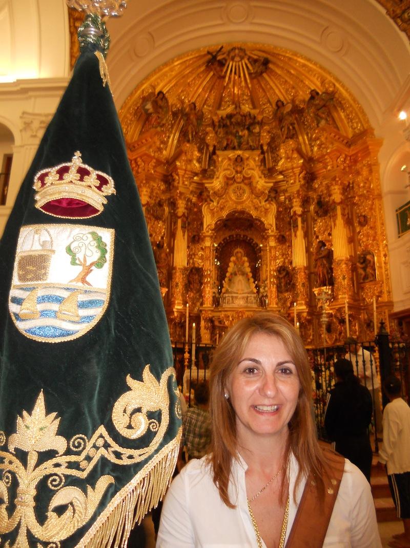 La Hermana Mayor, Carmen Prieto, portando el Guión en varios momentos en la Ermita, cuando ya nos despedíamos de La Señora.