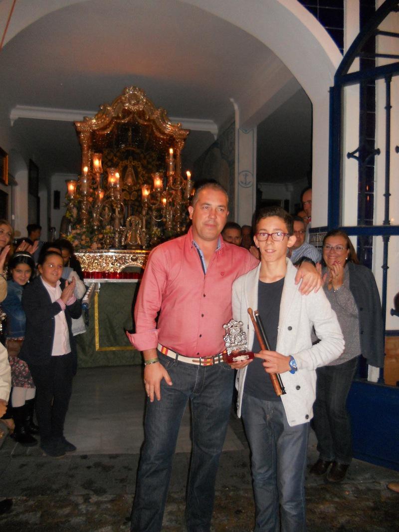 De manos del Presidente de la Hermandad, Pedro Jesús Álvarez, Antonio José recibe un regalo
