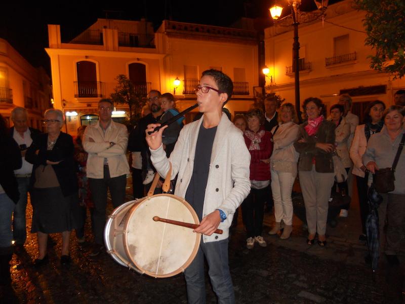 Diferentes momentos de la interpretación de sevillanas al toque del tambor y la flauta