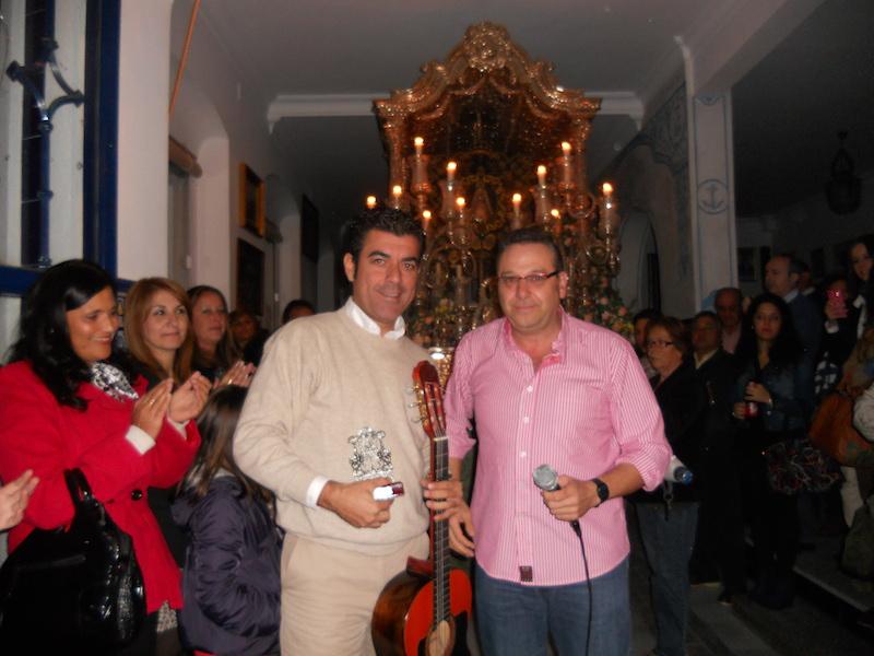 De manos del Vicepresidente de la Hermandad, Paco Moreno, Fernando Romero recibe un recuerdo de la Hermandad