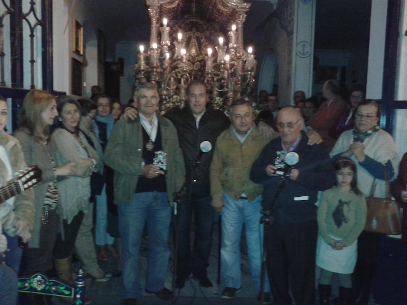 Momento en que el Presidente de la Hermandad, Pedro Jesús Álvarez, entrega a Rafael García (Peña Los García) y Alfonso Rodríguez (Peña La Bota) un recuerdo de nuestra Hermandad.