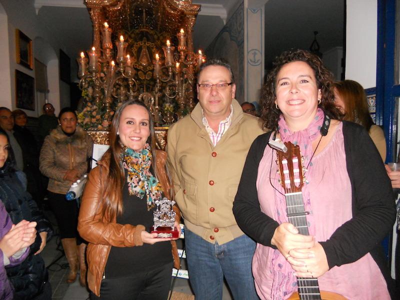 De manos del Vicepresidente de la Hermandad, Paco Moreno, Ana y Mari Toni reciben un regalo