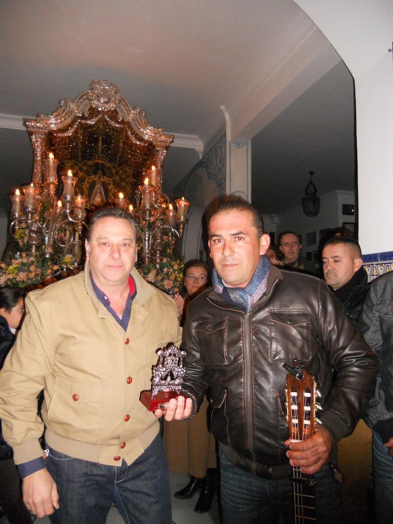 Ramón Rodríguez, en nombre del grupo, recibe de manos del Vicepresidente, Paco Moreno, un recuerdo de la Hermandad