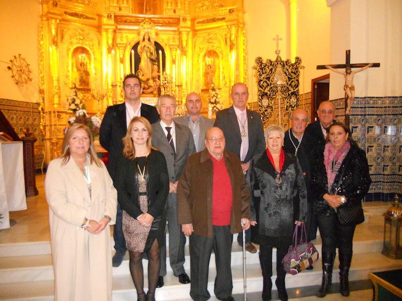 Los Hermanos y Hermanas Mayores ante el Simpecado y acompañados por el Presidente de la Hermandad, Pedro Jesús Álvarez