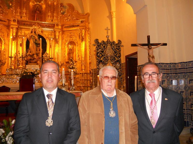 Una hermosa foto en la que están ante el Simpecado tres de los cinco presidentes que ha tenido la Hermandad, José Ramos Calvo, Francisco Amorós Comas y el actual, Pedro Jesús Álvarez