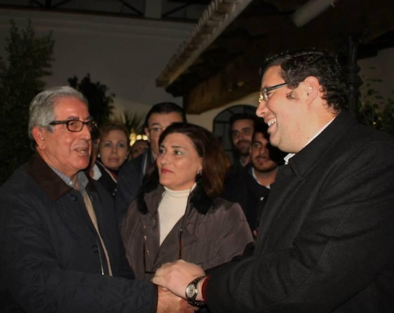 Entrega de los tres mil euros al presidente de Cáritas de Almonte