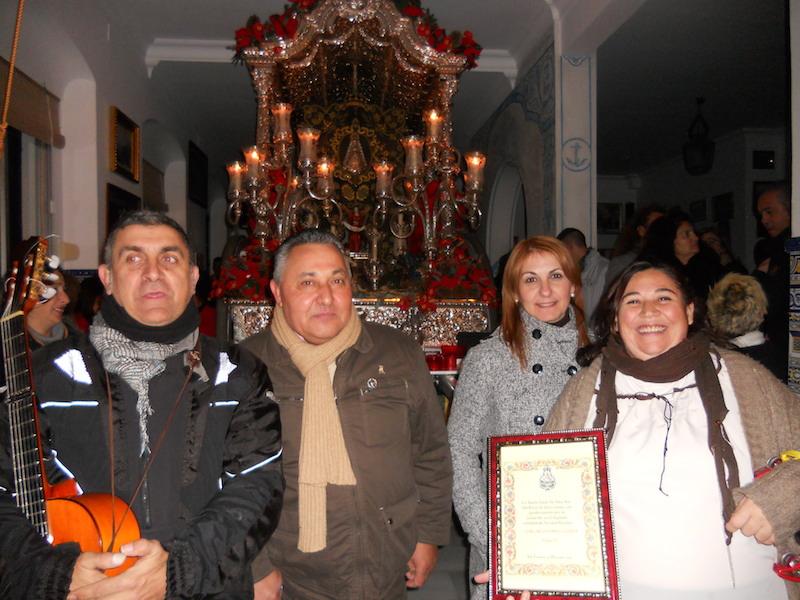 Los representantes del Coro de Arati ante la carreta con la Hermana Mayor Carmen Prieto y el Vicetesorero de la Hermandad Tomás Remedios
