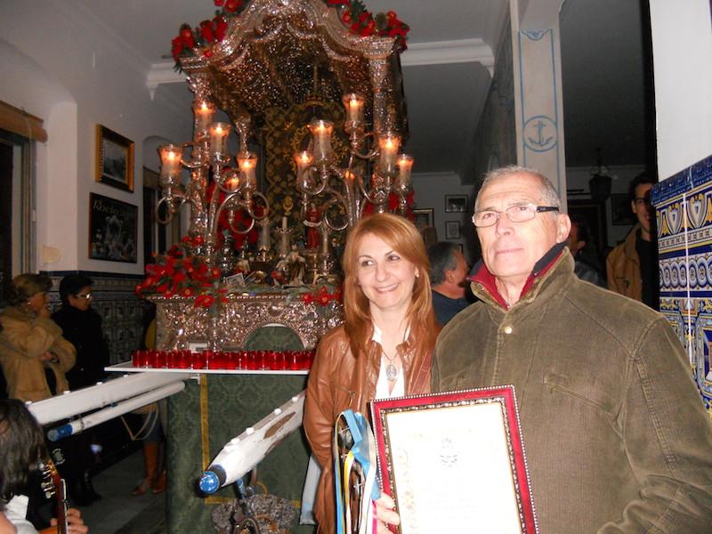 La Hermana Mayor entrega un recuerdo al Coro de la Peña Flamenca