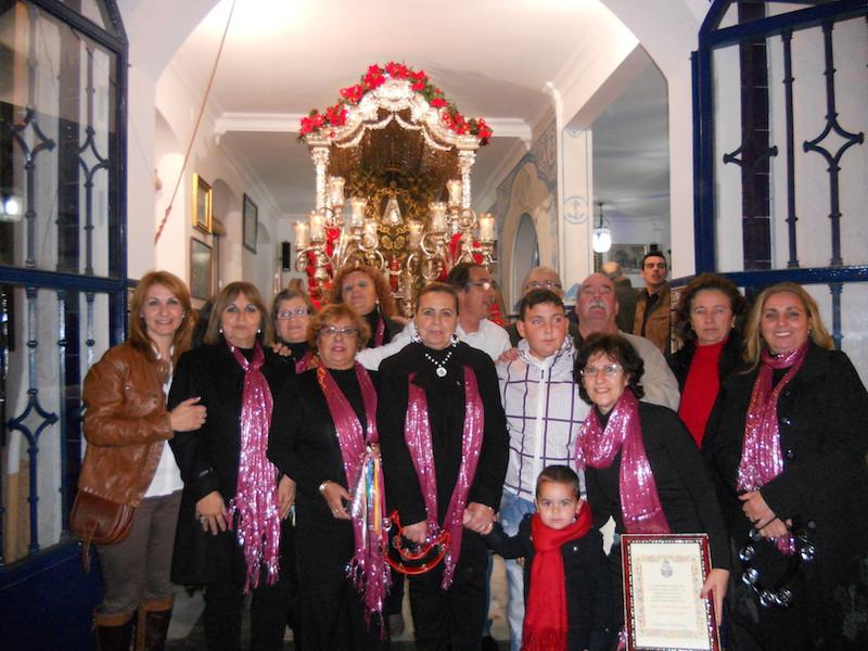Ante la Carreta del Simpecado el Coro de la Peña Flamenca Cultural La Higuerita con la Hermana Mayor