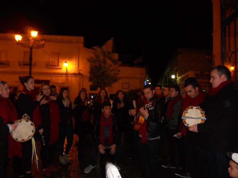 El Coro -Los Tomilleros- cantando villancicos y ante la Carreta del Simpecado