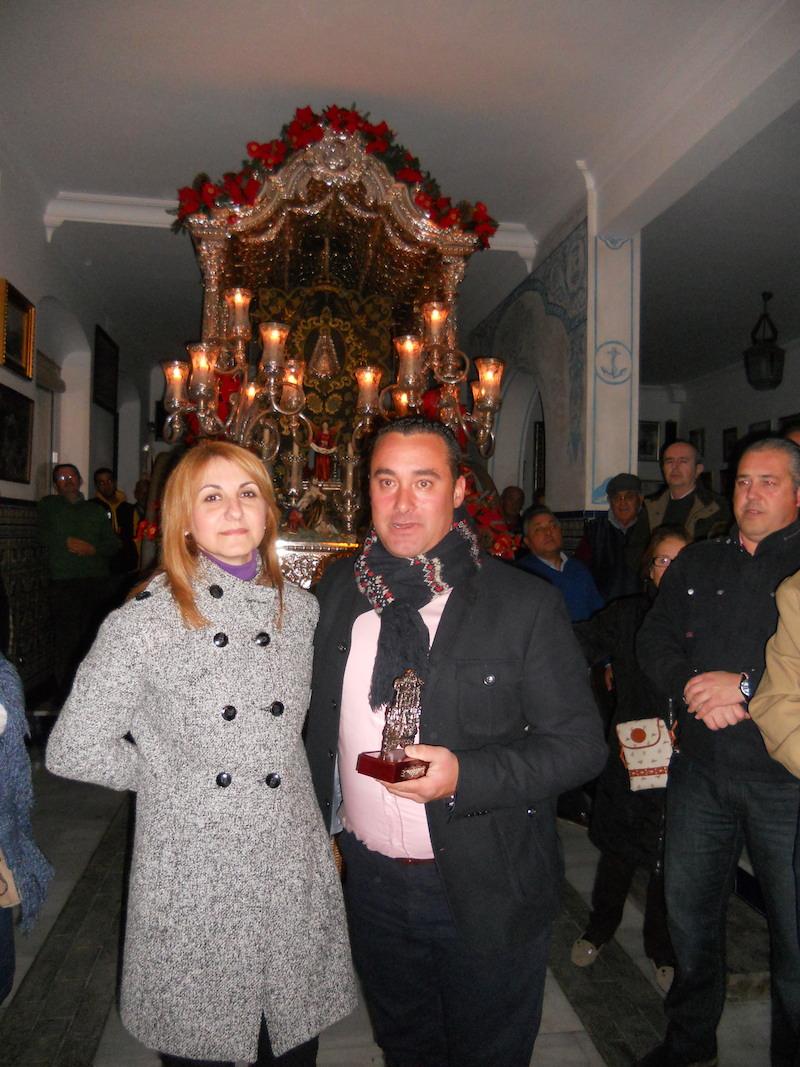 Francisco José Sequera recoge de manos de la Hermana Mayor, Carmen Prieto, un recuerdo de la Hermandad