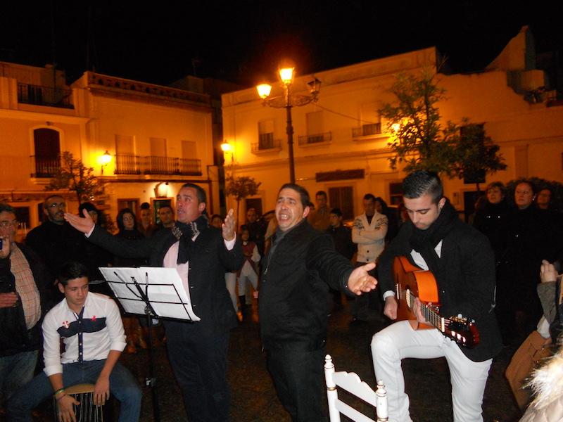 El Grupo Aires Nuevos al completo interpretando unas sevillanas