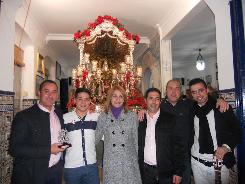 Foto Oficial del grupo Aires Nuevos con el Presidente de la Hermandad, Pedro Jesús Álvarez y la Hermana Mayor ante la Carreta del Simpecado