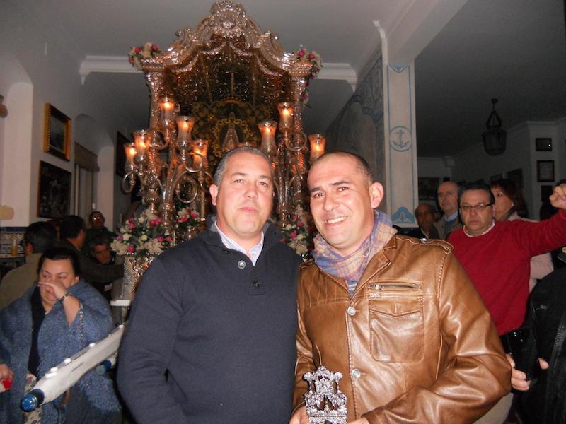 Ramón, representando al grupo Siempre Contigo recibe de manos del Presidente Pedro Jesús Álvarez un recuerdo de la Hermandad