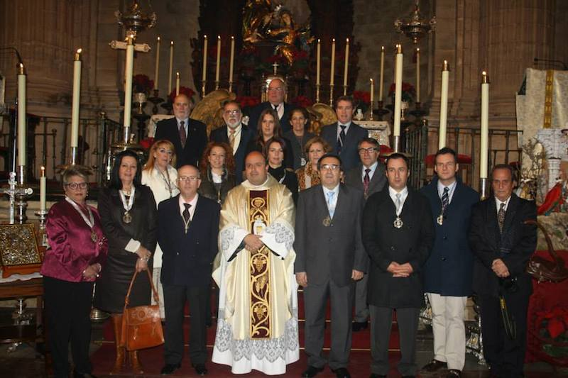 La nueva Junta ante el altar de la iglesia de Santa María