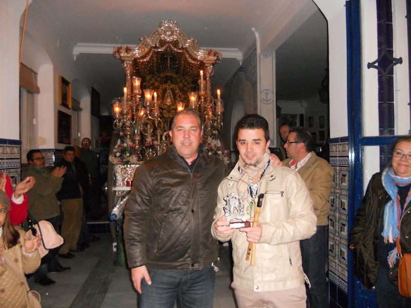 De manos del Presidente de la Hermandad, Pedro Jesús Álvarez, José Manuel recibe un regalo